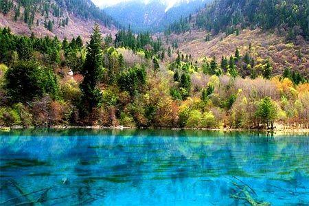Hồ Five-Flower ở Trung Quốc nổi bật bởi mặt nước rực rỡ sắc màu, đó là bởi hàm lượng calcium carbonate và hydrophyte cao trong phân tử nước.