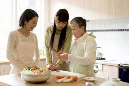 Hãy tranh thủ học nấu ăn từ người bà, người mẹ của mình