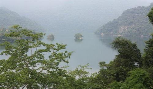 Toàn cảnh hồ Ba Bể như một bức tranh thủy mặc