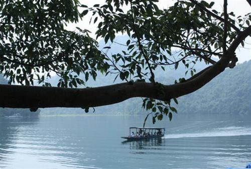 Du khách có thể du ngoạn vòng quanh hồ bằng xuồng máy