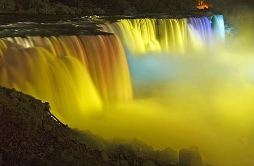 Những thác nước được chiếu sáng tuyệt đẹp ở Niagara 7