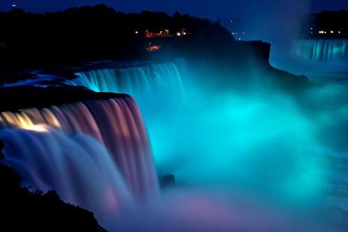 Những thác nước được chiếu sáng tuyệt đẹp ở Niagara 9