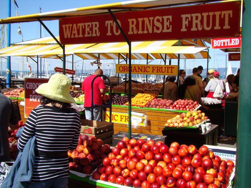các gian hàng bán trái cây organic ở đây, cũng như một vài hình ảnh quang cảnh tàu bè đậu và chạy ngang qua đây